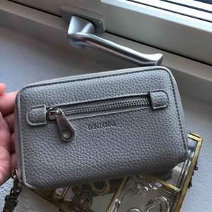 Aldrig använd. Därför söker jag någon som kommer använda den mer! Super fin plånbok från Dondonna.