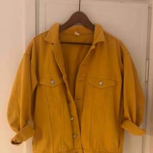 Skitsnygg oversize jeansjacka i en fantastisk gul färg. Den är i storlek 34 men eftersom den är oversize så är den snyggt stor även på mig som är en 36-38