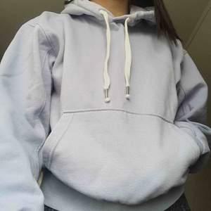 Knappt använd hoodie i strl S. Priset går att diskuteras men köparen står för frakten :)