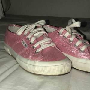 Säljer mina sjukt fina och unika superga skor! 🦋💕 dessa är verkligen to die for, men tyvärr har de blivit för små för mig. Köpte de förra året, använda ett fåtal gånger. Nypris 800kr så dessa pärlor är verkligen ett kap!  Pris kan diskuteras 🌸☀️🙌🏼