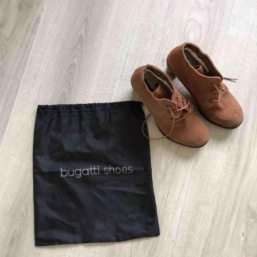 Jättefina Bugatti skor i storlek 38. 😍 Helt oanvända! Pris 250 kr. (Eller kom med bud). Frakt tillkommer på 63 kr (spårbart).   Säljes pga att jag enbart kan gå i specialanpassade skor 🥺. Skor.