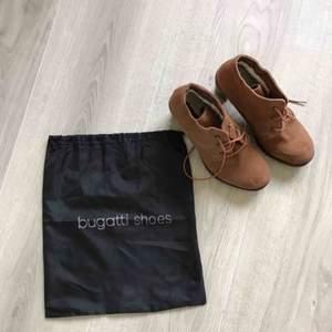 Jättefina Bugatti skor i storlek 38. 😍 Helt oanvända! Pris 250 kr. (Eller kom med bud). Frakt tillkommer på 63 kr (spårbart).   Säljes pga att jag enbart kan gå i specialanpassade skor 🥺