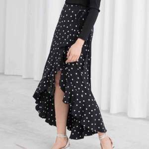 Superfin kjol, perfekt till sommaren. Strl 34 men passar 32-40 skulle jag säga. Pris vid överenskommelse, inköpspris 600kr. Kan mötas upp i Lund och Göteborg, annars frakt:)🌼🌼🌼