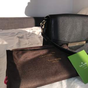 Kate Spade KAELA bag, original brand new, sold with dustbag and Kvittot. New price $ 287.75 (= £ 2357) Black leather with black mock details (including the inner lid) More pictures sent on request 28 cm wide 20 cm tall 7 cm deep