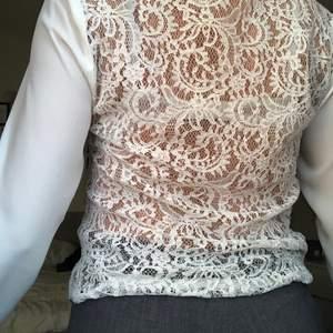 En vit madladt skjorta som är helt oanvänt 💓 Plagget ser ut att vara helt nytt och har används ett fåtal gånger, frak tillkommer 🌸