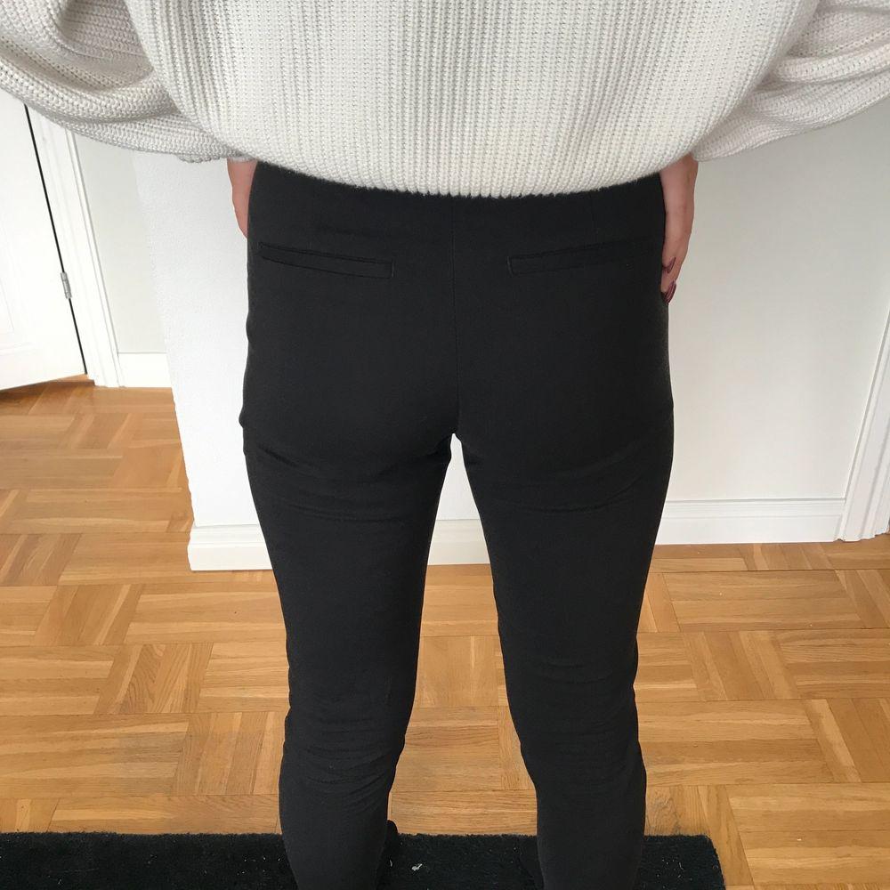 Säljer dessa snygga kostymbyxor som tyvärr inte används längre. Frakt tillkommer💕. Jeans & Byxor.