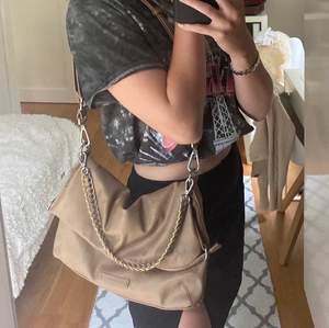 Trendig väska som man kan bära på olika sätt, helt ny
