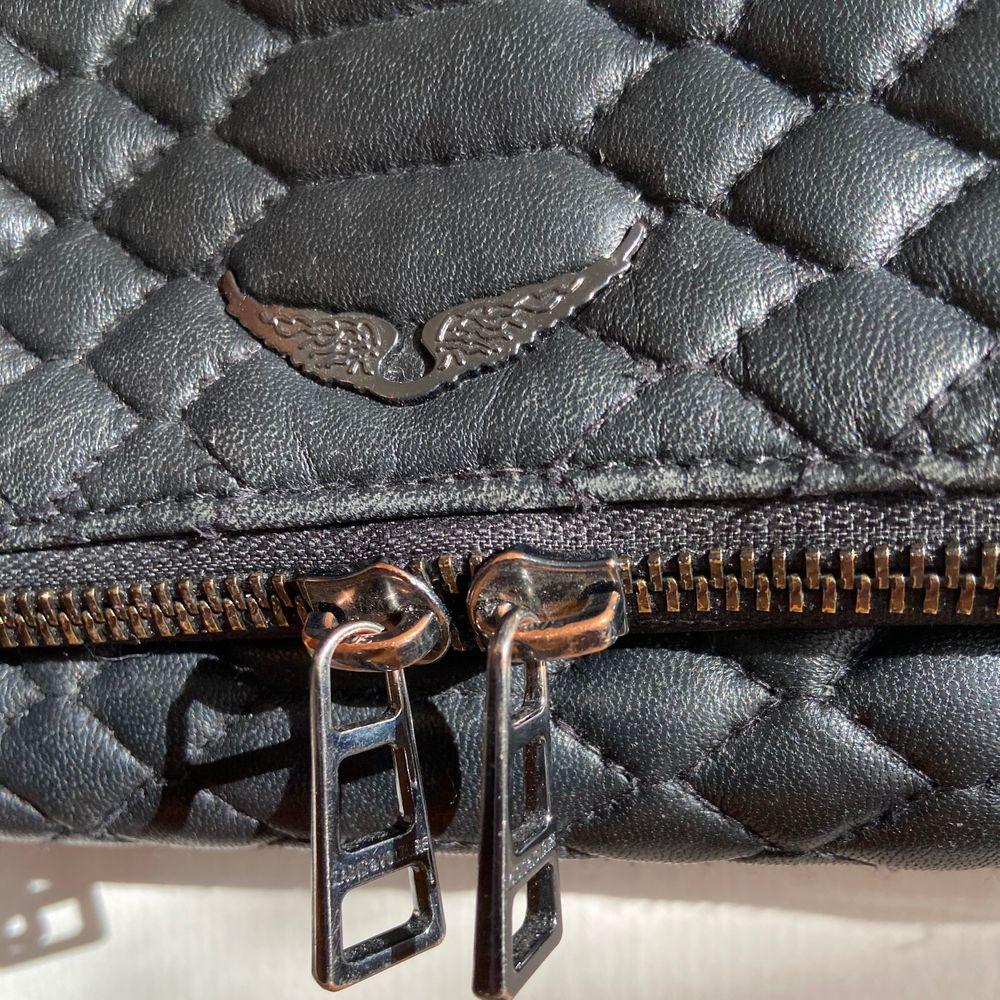 """Säljer min supersnygga Zadigväska i modellen """"Rock Matelasse Bag"""" som är köpt förra sommaren på Zadigbutiken för ca 4000kr. Kedjan på väskan är lite rostig (se sista bilden) annars är allt annat i ett mycket fint skick. Dustbag, längre kedja och påse skickas med om så önskas. Kan tänka mig att byta mot en annan Zadig eller en Maje väska. 💕💕 Fraktar eller möts upp på gröna linjen! BUDA! . Väskor."""