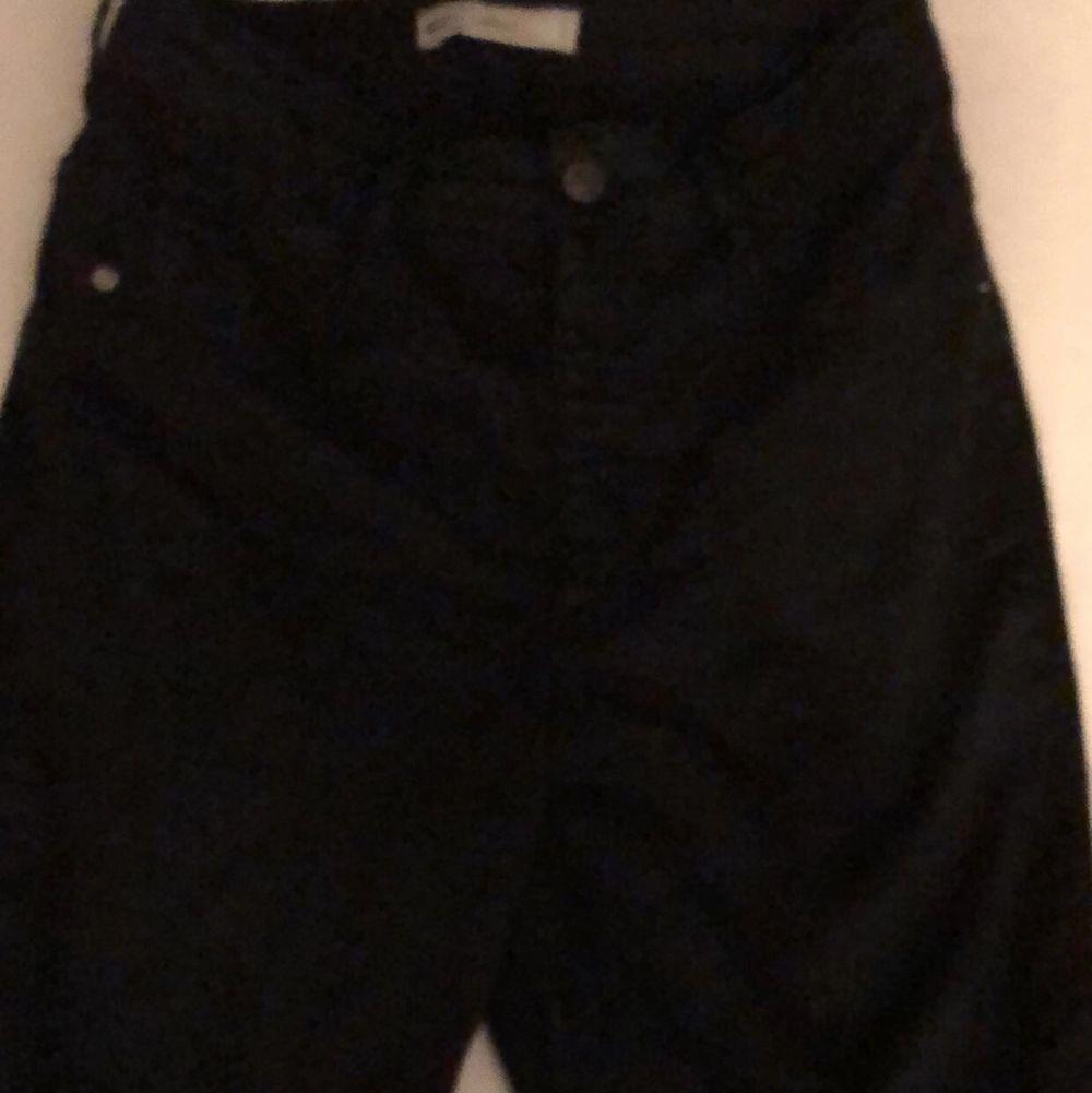 Vanliga svarta jeans , högmidjade , aldrig använda , 140+frakt🦋. Jeans & Byxor.
