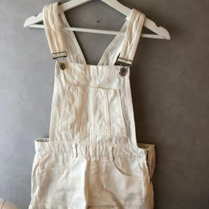 Vita hängslebyxor shorts ifrån pull&bear. Bra passform