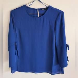 Från Gina tricot.tricot. Jättwäe fin  blus/topp. Färg: Blå. Storlek:36. Skick: Som ny, använt 1 gång. (+frakt 44kr)