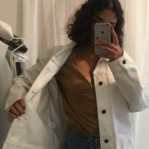 Vit jeansjacka från Whyred. Sparsamt använd förra sommaren. Unisex, storlek 48, jag bär vanligtvis XS/S och den är oversized på mig. 🎈⭐️