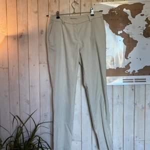 Vit/grå/beiga kostymbyxor från h&m. Sparsamt använda, lite smått noppriga på några ställen, säljer då de är för små, köparen står för frakten ✨❣️❣️
