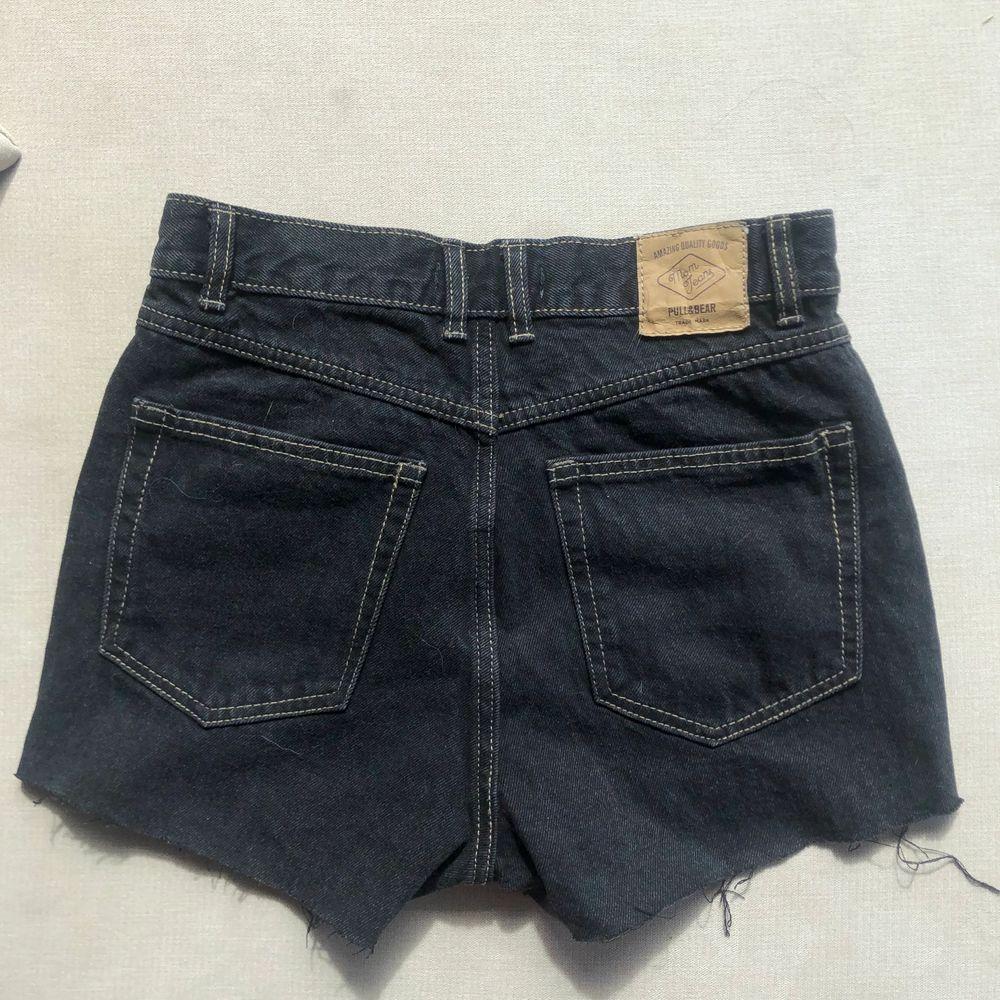 Jättesnygga svarta jeansshorts från pullandbear dom tyvärr blivit för små. Shorts.