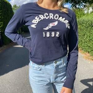 Säljer denna snygga Abercrombie & Fitch tröja! Pris kan diskuteras och kan både mötas upp i Stockholm och frakta (köparen står för frakten)💕💕