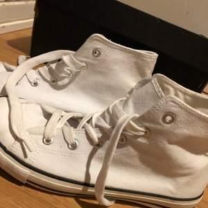 Ett par helvita sneakers använda endast en gång dem är även i jätte bra skick st 38.                 (Köparen står för frakten).
