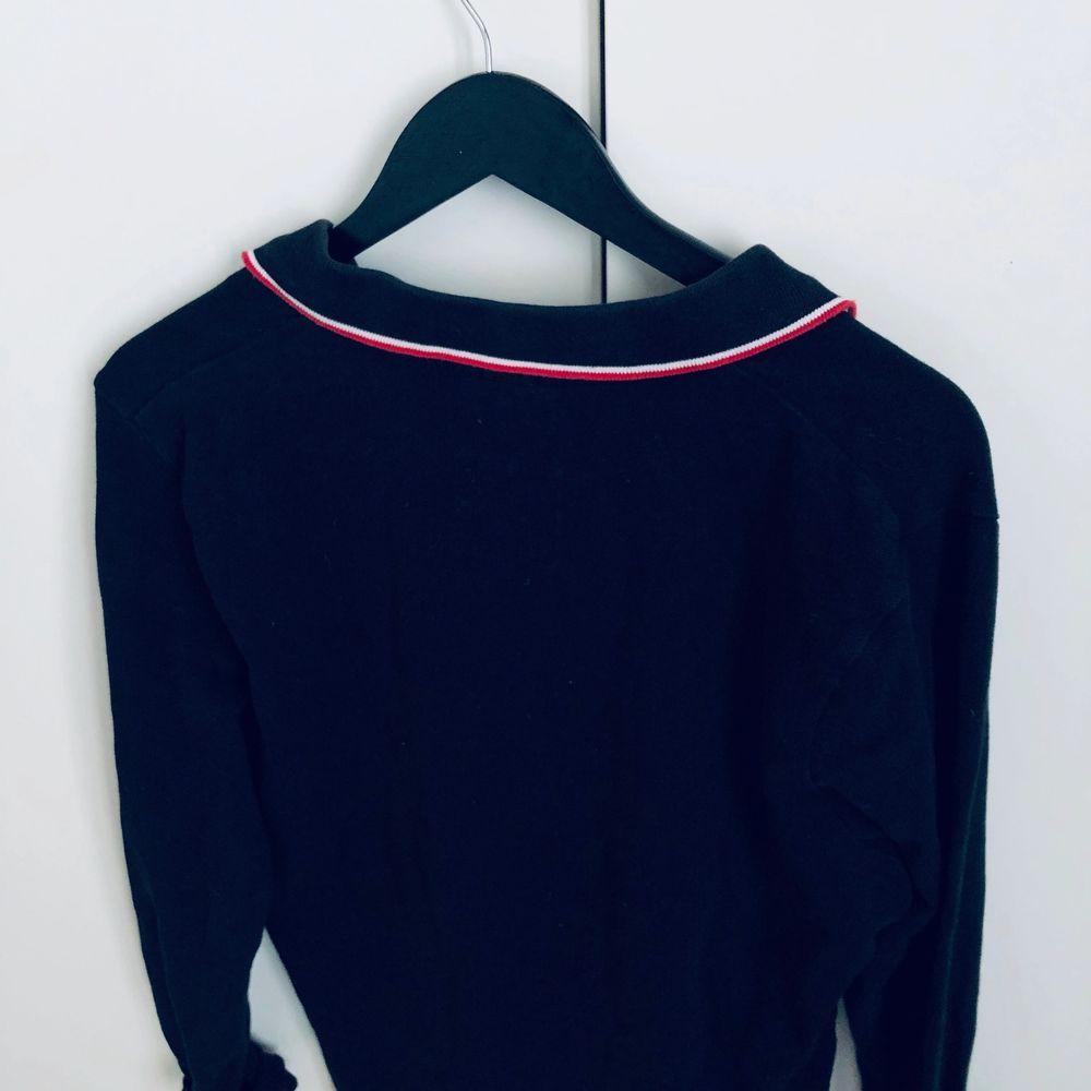 Säljer denna sjukt balla skjorta från ELLESSE. Jag älskar den men tyvärr är den lite stor på mig. Jag är en XXS i de flesta plaggen. Denna passar mer än S/M. . Skjortor.