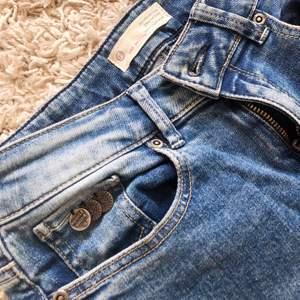 Blåa tighta jeans från Odd Molly. Storlek 27 i midjan🤩🤩 Köpte för ca 800kr