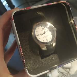 Vintage klocka i en modell som inte säljs längre! Jag ärvde den, men använder knappt klockor :// Remmen är tyvärr trasig och måste lagas och jag har inget kvitto eller äkthetsbevis (därav priset). Nya liknande klockor kostar runt 1800kr <3 i priset ingår spårbar frakt! 💞