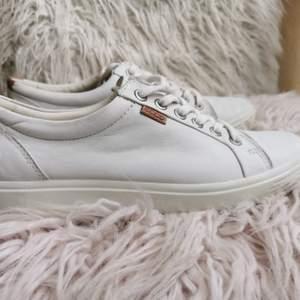 Vita sneakers från Ecco i storlek 38. Fint skick, endast använda en gång. Skön ergonomisk sula. Har fått dom av min sambo.