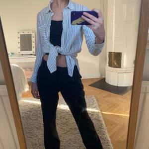 Blå och vit randig linneskjorta!!! Knappt använd, storlek S men oversizied i modellen. Går att knyta snyggt eller bara ha hängande!!! Säljer för att den inte kommer till användning 🧵🧵🧵🧵