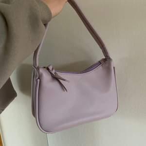 säljer denna fina väska som inte inte riktigt kommit till användning den funkar att ha som axelväska💗