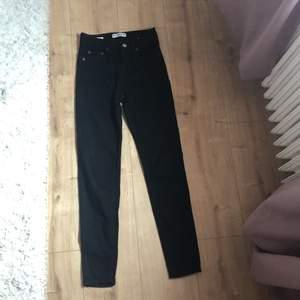 Svarta skinny jeans från pull & bear. Endast använda fåtal ggr, säljer pga för små. Frakten ingår i priset