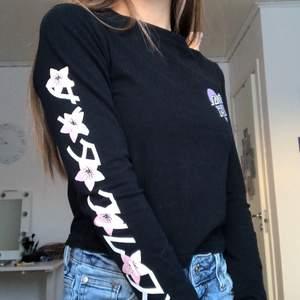 Jättefin långarmad tröja med blommigt tryck på ena armen. Använd ett fåtal gånger, men säljer då den inte är min stil längre. Fri från fläckar och skador. Köpt på Urban Outfitters. Storleken är S, men skulle säga att den passar från XS till liten M beroende på hur man vill att den sitter☺️ Frakt tillkommer💓
