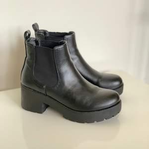 """Svarta boots från Dinsko. Använda några gånger. """"Klacken"""" är ca 6,5cm hög men eftersom det är platå så blir de verkligen bekväma och kan användas till vardags. Säljes för 100:- + frakt. Skicka meddelande för mer info 🥰"""