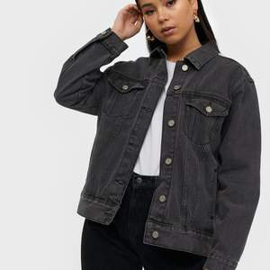 En svart oversized jeansjacka från Nelly. Luktade illa när jag fick hem den, så tvättade den och har inte använt den sen dess då materialet blev lite hårt. Men använder man den så mjukar den upp sig❤️Den är i nyskick! 250kr❤️