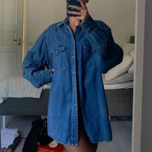 Jeansskjorta som passar att ha som klänning, tröja eller jacka! Passar olika storlekar beroende på hur man vill att den ska sitta💙