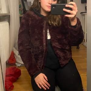 En skit cool lila pälsjacka från Vero Moda, använd fåtal gånger och är därför i fint sick.
