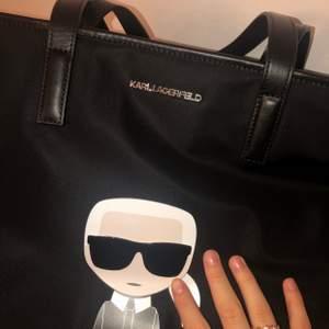 Säljer nu min supersnygga och oanvända väska ifrån Karl Lagerfeld, inköpt i somras. Nypriset ligger på 1745kr på zalando, men den blir din för 800✨ ge den livet den förtjänar 💕