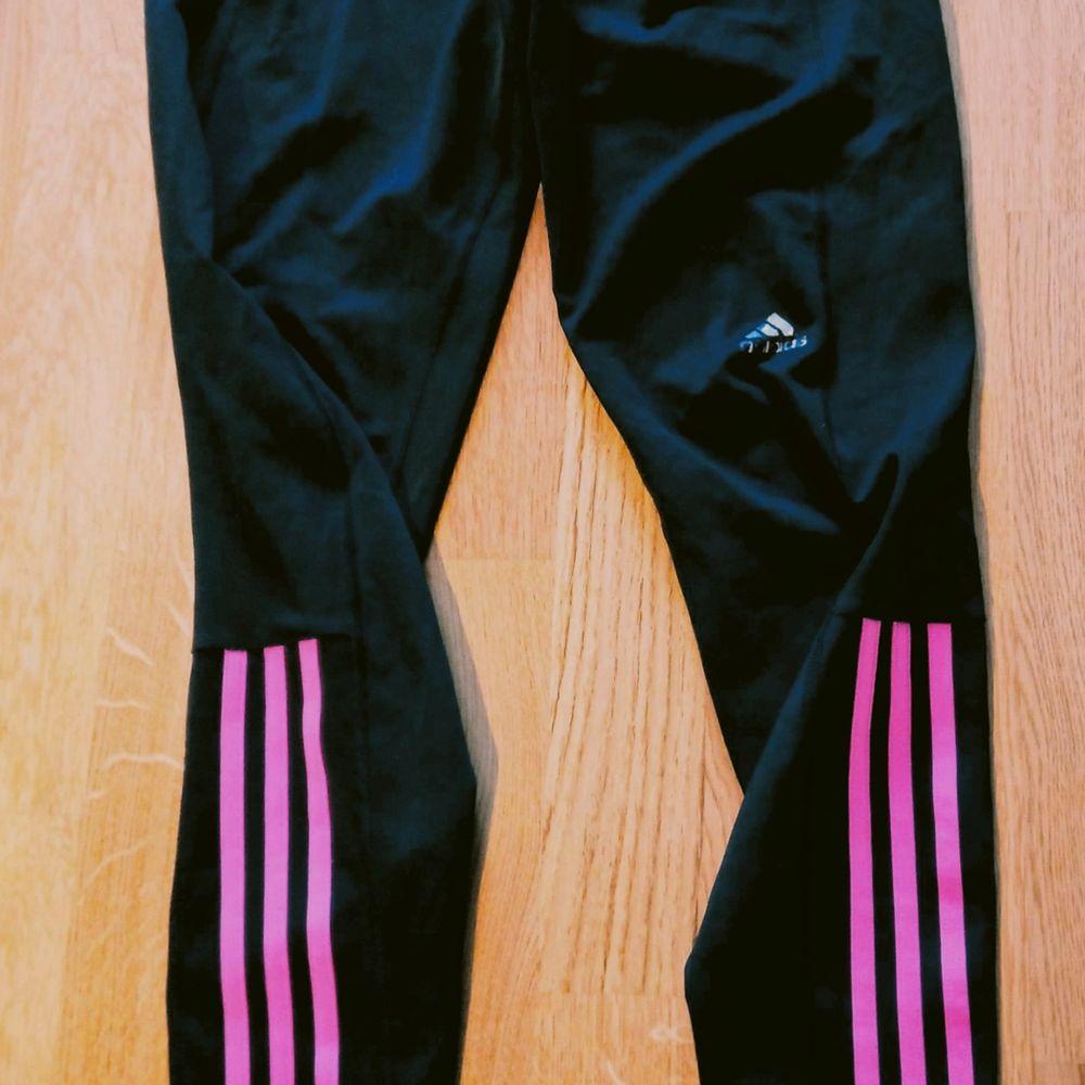 Sköna tunna träningstights från Adidas, svarta med rosa/lila ränder på halva benet, använda några gånger och är i gott skick 🙂 snörning invändigt och även en liten innerficka, storlek 38. Finns i Västerås 🌸🌸🌸. Övrigt.