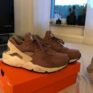 Ett par nästan nya Nike skor i modellen huarache. Köpta detta år i april använda 2 gånger. Storlek 39 men skulle mer säga 37/38. En gammal lila färg med vita detaljer super snygga. Köpta för 989kr. Buda i kommentarerna!