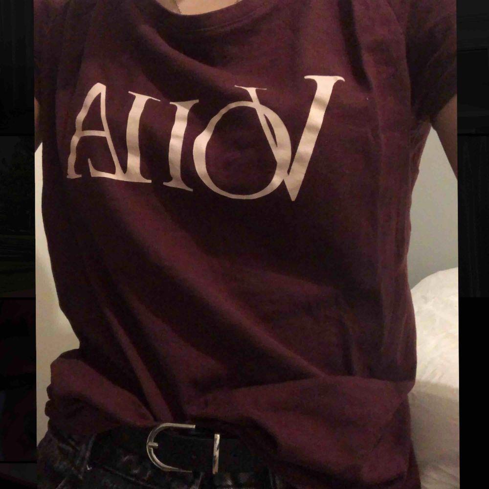 Vinröd t-shirt men tryck🤩 minns inte vart jag köpte den, kommer inte till användning längre (skiiiitsnygg till svarta jeans💕) köparen står för frakt . T-shirts.