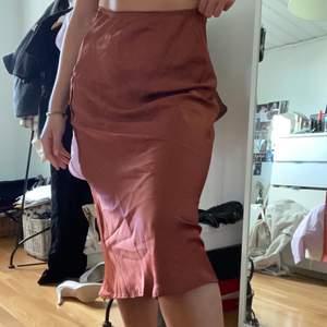 Silkes kjol som knappt är använd! Jätteskön och snygg nu till sommaren🦦🥰