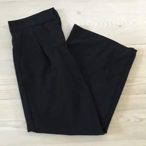 🖤Vida korta byxor🖤 Byxorna är höga i midjan med lite kortare ben. Frakten ingår i priset