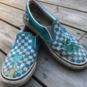 Skorna har blivit målade på, färgen är permanent. Dem har blivit använda en del och har mycket skador men väldigt sköna fortfarande. Jag tvättar dem innan dem skickas iväg. Priset blir cirka 200 det kan diskuteras men var köpta för 950kr