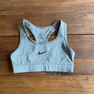 Nike sport bh i grå färg utan inlägg som inte är använd och är i bra skick