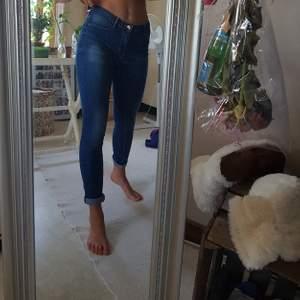 Ett par tighta jeans som tyvärr har blivit för små för mig! PRIS KAN DISKUTERAS, frakt tillkommer!💛💗💙💛💜🧡💛🧡💙