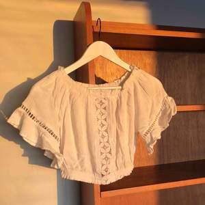 Jättefin vit blus från H&M. Köparen står för frakt om man inte kan mötas upp i Göteborg. Priser kan alltid diskuteras💕
