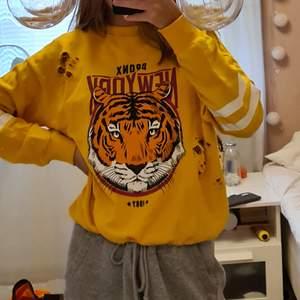 Jätte fin guldfärgad hoodie med slitslitna detaljer på då den är köpt så❤använd endast 1 gång så den är helt ny, köparen står för frakt som tillkommer❤skriv för mer bilder och information👍
