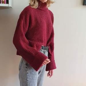 Superskön stickad tröja från Gina Tricot! Vinröd, storlek S. Kan mötas upp i Uppsala/Stockholm, alternativt skicka mot fraktkostnad.💛 (säljer även en likadan, fast grön)