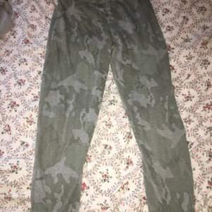 Storlek small. Använda vid två tillfällen.  Köparen står för frakt.  #mjukisbyxor, #sweatpants