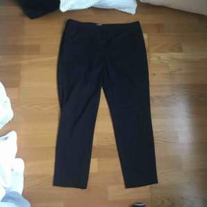 Mörkblå kostymbyxor med små små vita prickar