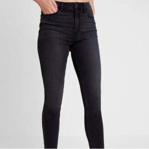Svarta jeans med grå inslag från Hollister. Super skinny, high waist. Stl W26 L30. Supersnygga och sköna. Skickas mot fraktkostnad 44 kr.