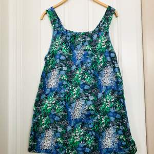 Retro klänning med blommor! Hemsydd i 60/70-talstyg!   Längd: 77 cm