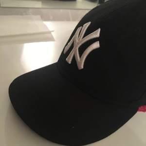 Denna new york Yankees keps köptes för ca 200kr och säljs nu för 60!