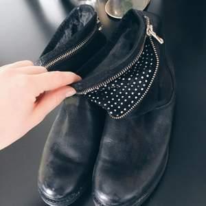 Nästan helt oanvända boots med dragkedja. Säljer pga använder inte dessa! Köpare står för frakt 🌸